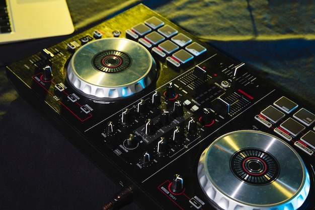 Controle de painel de mixagem de dj Foto gratuita