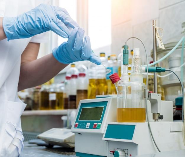 Controle de qualidade de óleo natural. no laboratório industrial. Foto Premium
