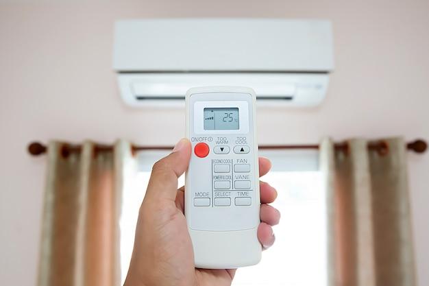 Controle remoto ar condicionado ajustado em temperatura de 25 graus Foto Premium