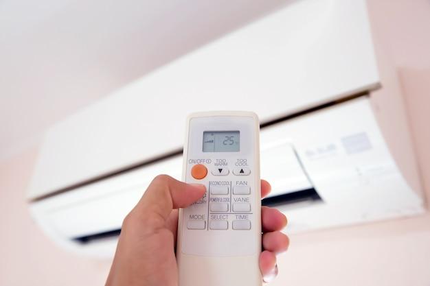 Controle remoto ar condicionado em temperatura de 25 graus. Foto Premium