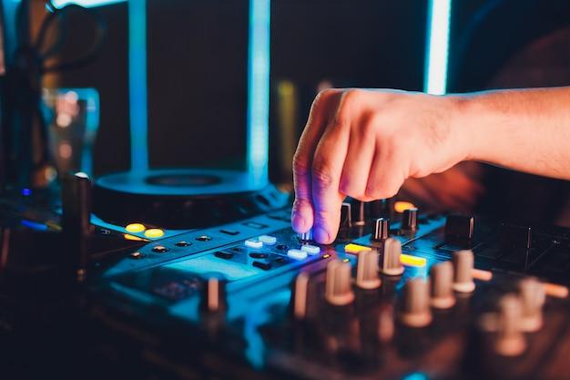 Controle remoto para dj, toca-discos e mãos. vida noturna no clube, festa. Foto Premium