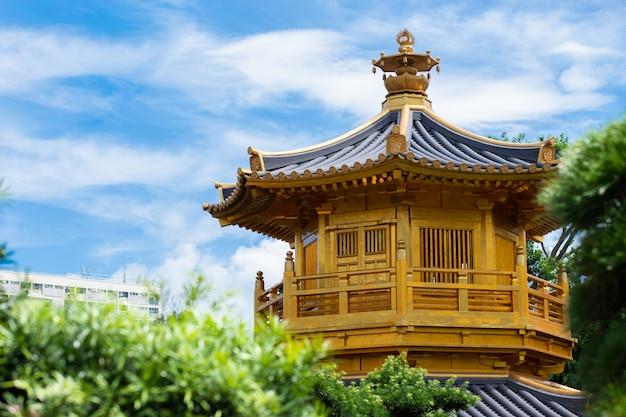 Convento chi lin e jardim nan lian. pavilhão de ouro da perfeição absoluta em nan lian garden no convento de chi lin, hong kong, china Foto Premium