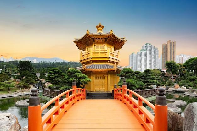 Convento de chi lin do jardim de nan lian, situado na colina de diamond, hong kong, china durante o pôr do sol Foto Premium