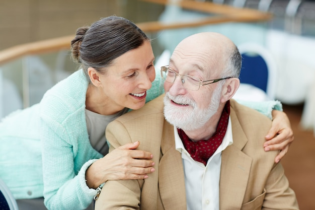 Conversa de casal de idosos Foto gratuita