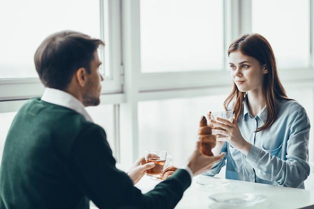 Conversa homem e mulher pela janela Foto Premium