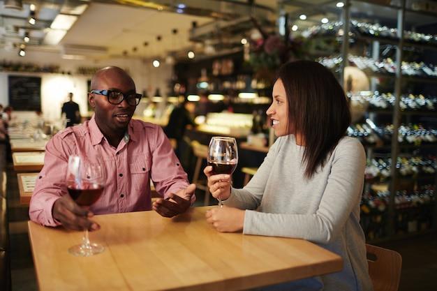 Conversando com um copo de vinho Foto gratuita