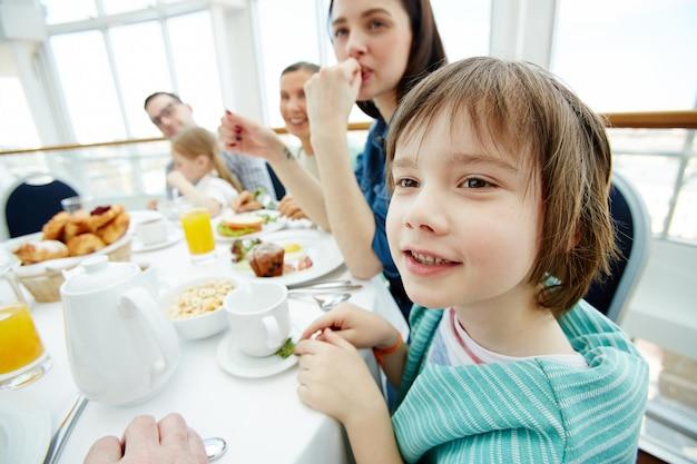Conversando no café da manhã Foto gratuita
