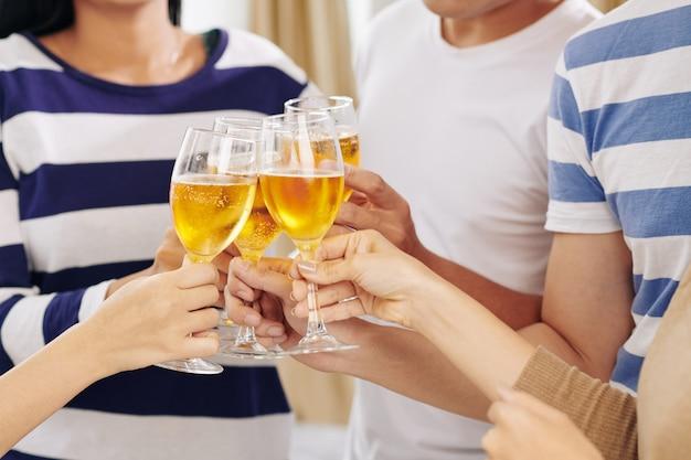 Convidados da festa bebendo champanhe na festa Foto Premium