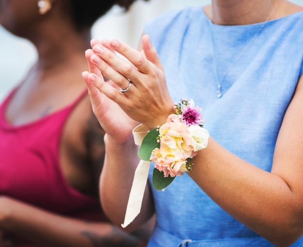 Convidados do casamento aplaudindo para a noiva eo noivo Foto gratuita