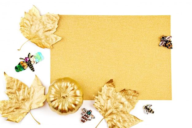 Convite com abóbora dourada e objetos de festa, morcegos, visão aérea Foto Premium