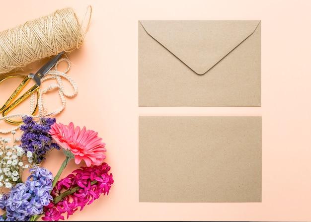 Convite de casamento bonito com flores Foto gratuita