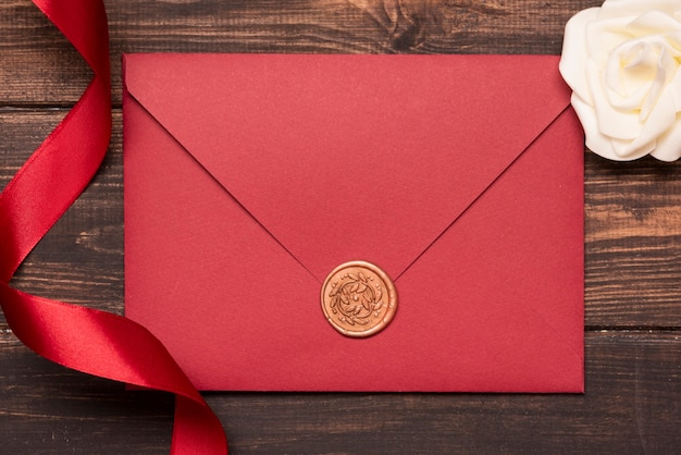 Convite de casamento elegante com fita na mesa Foto gratuita