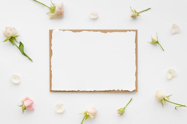 Convite de casamento em branco com flores Foto gratuita