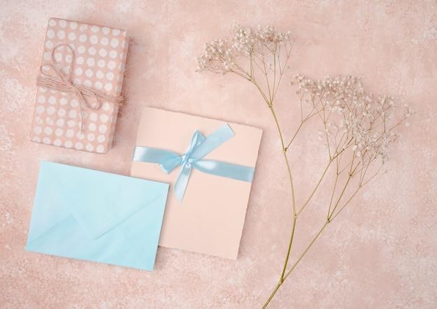 Convite de casamento liso leigos com envelope azul Foto gratuita