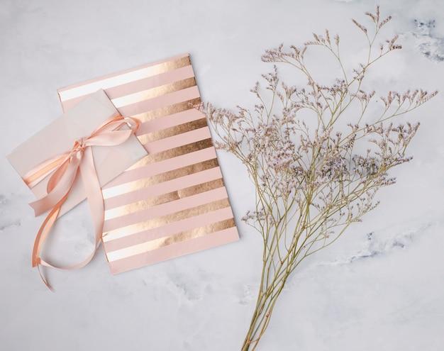 Convite de casamento liso leigos com linhas douradas Foto gratuita
