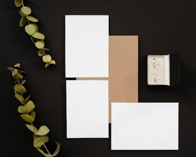 Convite de casamento vazio com plantas Foto gratuita