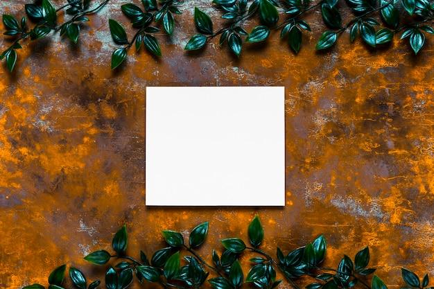 Convite em branco na mesa de madeira Foto gratuita