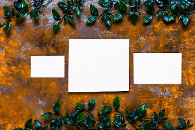 Convites em branco na mesa de madeira Foto gratuita