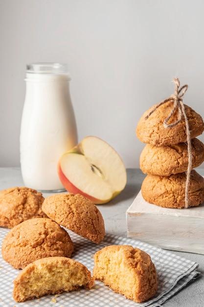 Cookies britânicos com leite e maçã Foto gratuita