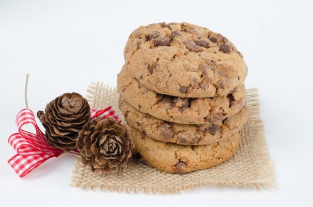 Cookies de chocolate com enfeites de natal. Foto Premium