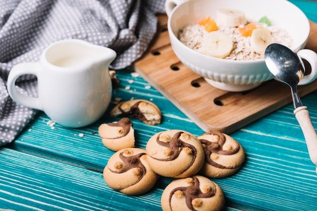 Cookies de chocolate com tigela de aveia na mesa Foto gratuita