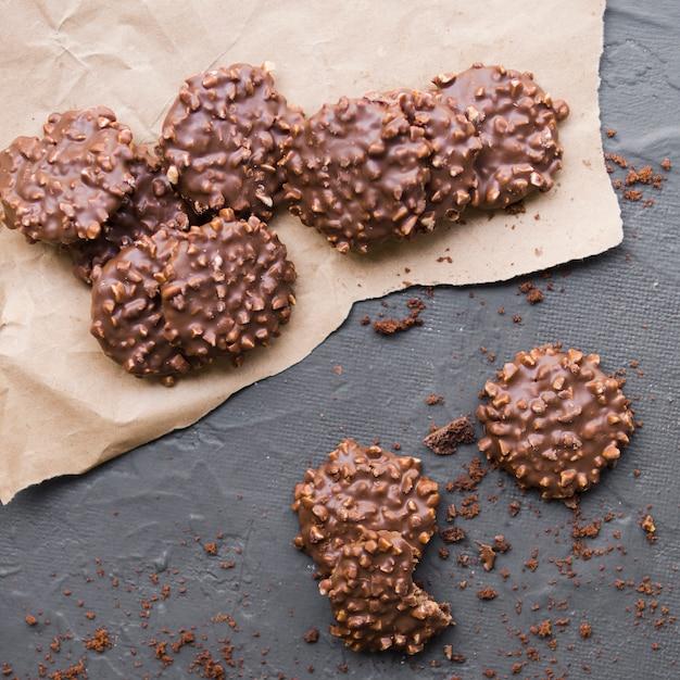 Cookies de chocolate em pergaminho Foto gratuita
