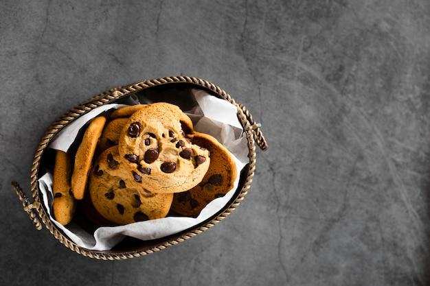 Cookies de chocolate em uma cesta Foto gratuita