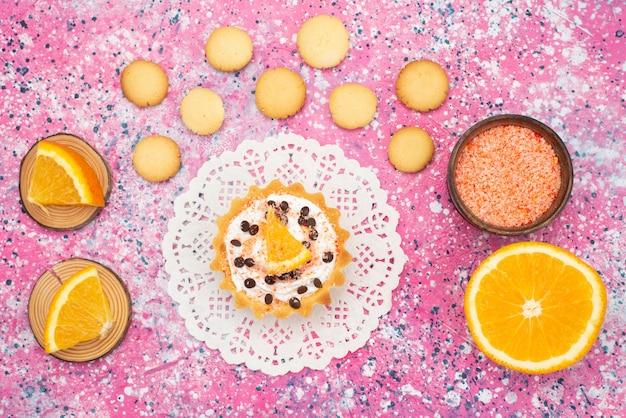 Cookies e bolo com fatias de laranja na superfície colorida biscoito biscoito bolo de frutas açúcar Foto gratuita