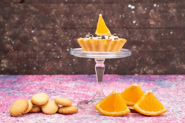 Cookies e bolo de frente com fatias de laranja na superfície brilhante biscoito biscoito bolo de frutas doce Foto gratuita