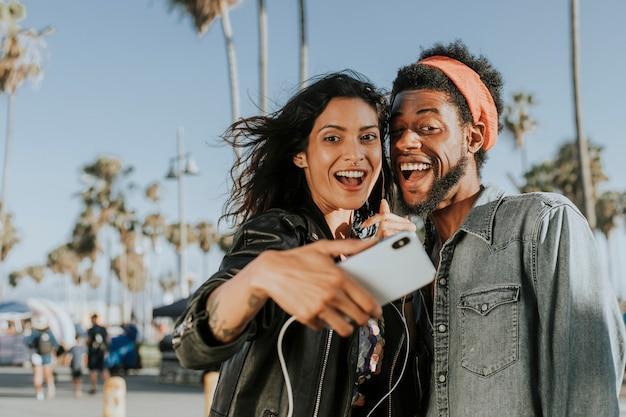 Cool casal tomando uma selfie Foto Premium