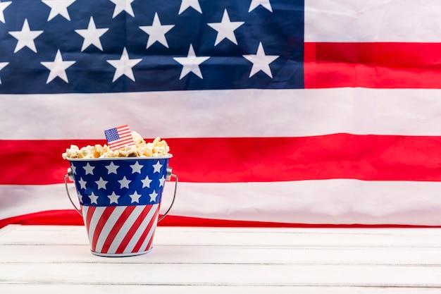 Copa com bandeira americana e pipoca crocante Foto Premium