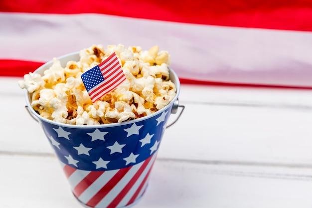 Copa com emblema da bandeira americana e pipoca crocante Foto gratuita