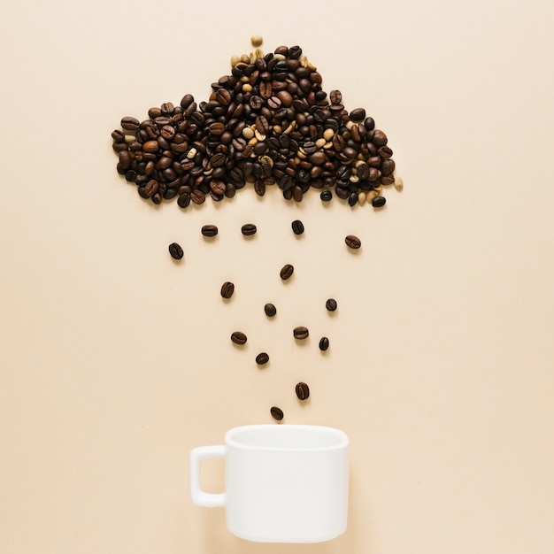 Copa com grãos de café em nuvem Foto gratuita