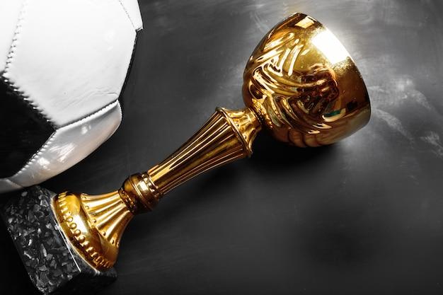 Copa do troféu e bola de futebol Foto Premium