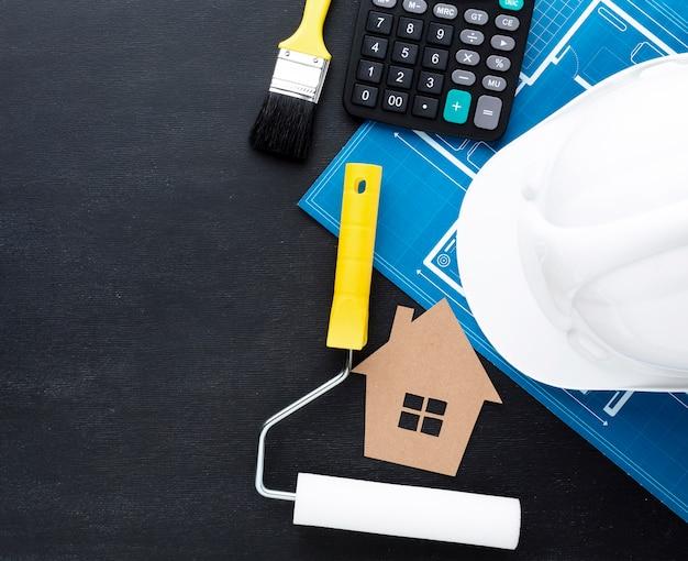Cópia azul de uma casa com chapéu de construtor Foto gratuita