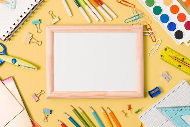 Cópia branca espaço com papelaria escolar Foto gratuita