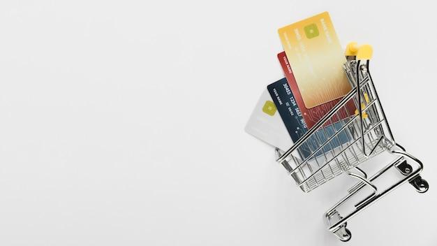 Cópia-espaço com cartões no carrinho Foto gratuita