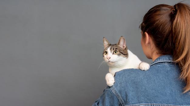 Cópia-espaço mulher segurando gato Foto Premium