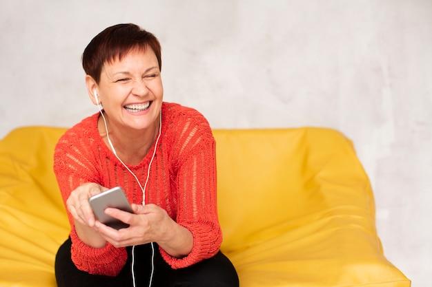 Cópia-espaço música mulher mais idosa Foto gratuita