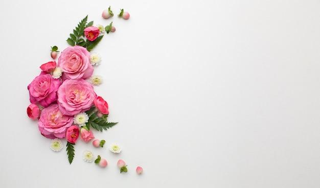 Copiar flores rosas do espaço Foto gratuita