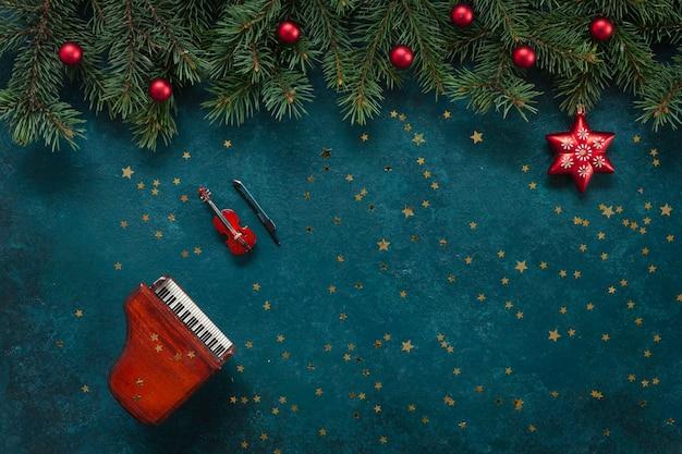 Cópias em miniatura do piano e violino com decoração e glitter de natal. Foto Premium