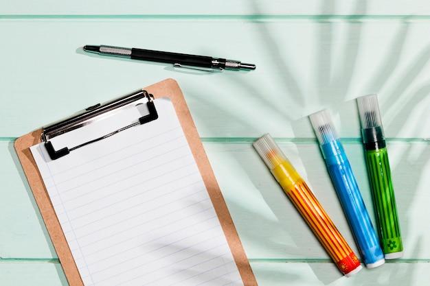 Copie a área de transferência do espaço e marcadores coloridos Foto gratuita