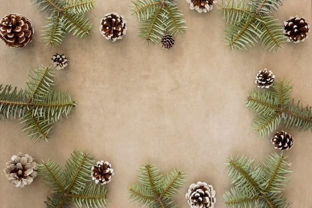 Copie a moldura do espaço de folhas verdes de pinheiro Foto gratuita