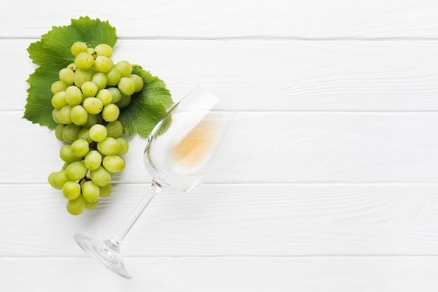 Copie as uvas brancas de espaço para vinho Foto Premium