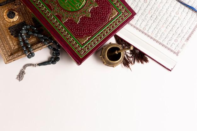 Copie espaço, vista superior, itens arábicos, e, quran Foto gratuita