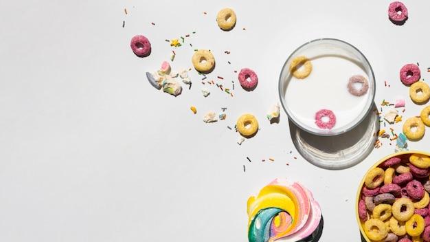 Copie o espaço branco fundo com cereais Foto gratuita
