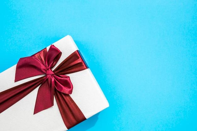 Copie o espaço de fundo azul com presentes bonitos Foto gratuita