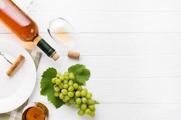 Copie o espaço de vinho branco e uvas Foto gratuita