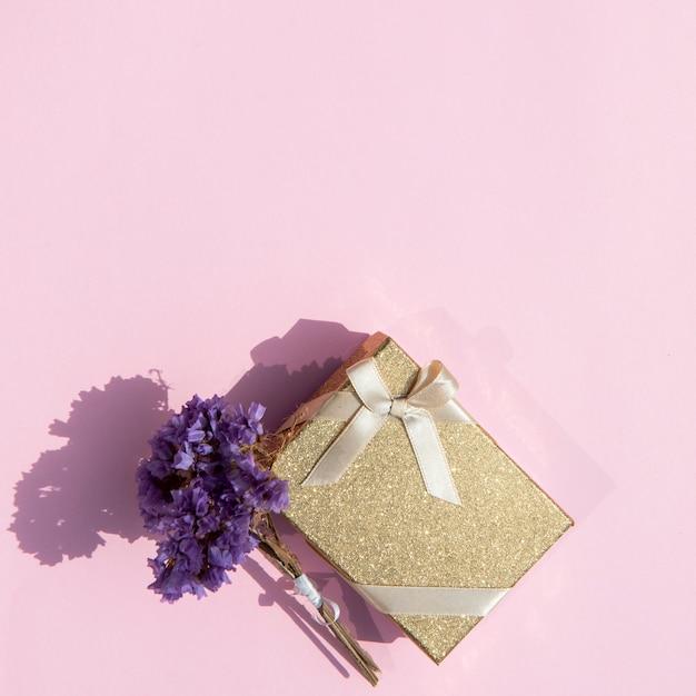 Copie o espaço embrulhado presente bonito com flores Foto gratuita