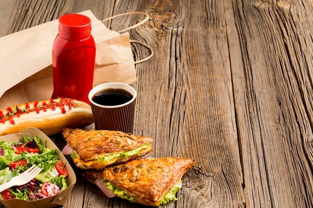 Copie o espaço fundo de madeira com fast food Foto gratuita